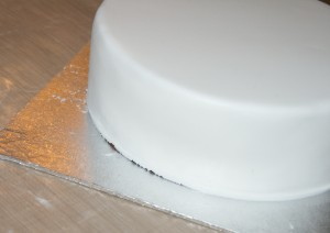 How to cover a cake in sugarpaste